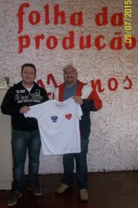 Luis Henrique Franqui, recebe sua camiseta