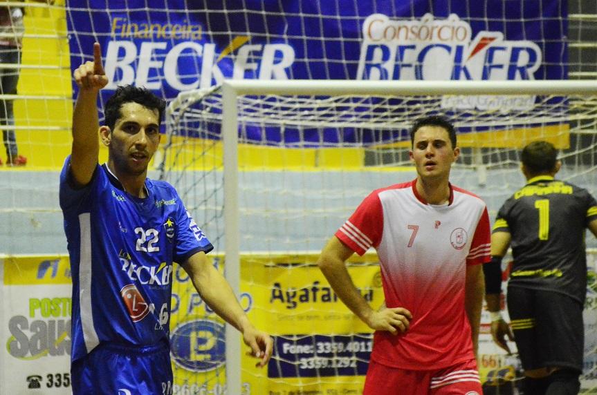 Seco comemora o quarto gol do Cerro Largo Futsal. Foto: assessoria Cerro Largo Futsal/Lojas Becker